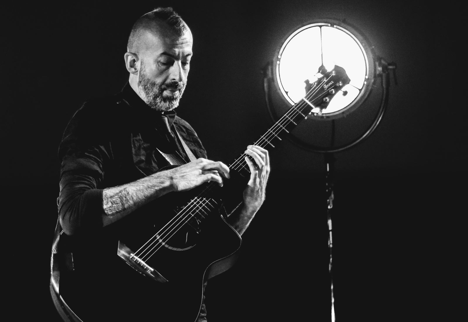 Acoustic Singer-Songwriter Jon Gomm Joins the Ibanez Artist Roster